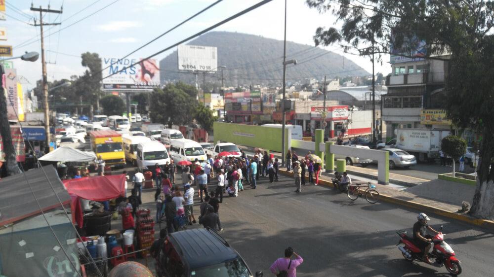 Bloquean carretera porque alcalde les vende el agua en sus pipas