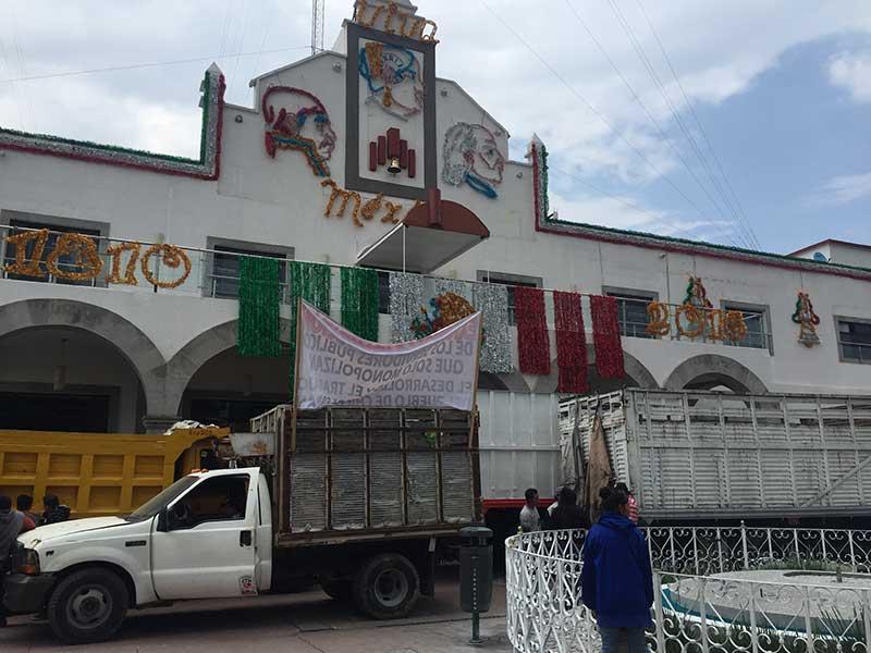 Protestan transportistas de carga en Chicoloapan porque los dejaron sin trabajo