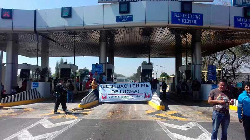 Marchan y bloquean casetas trabajadores de Chapingo por vales de despensa