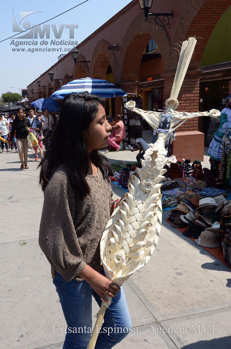 Fieles católicos celebran domingo de ramos en Metepec
