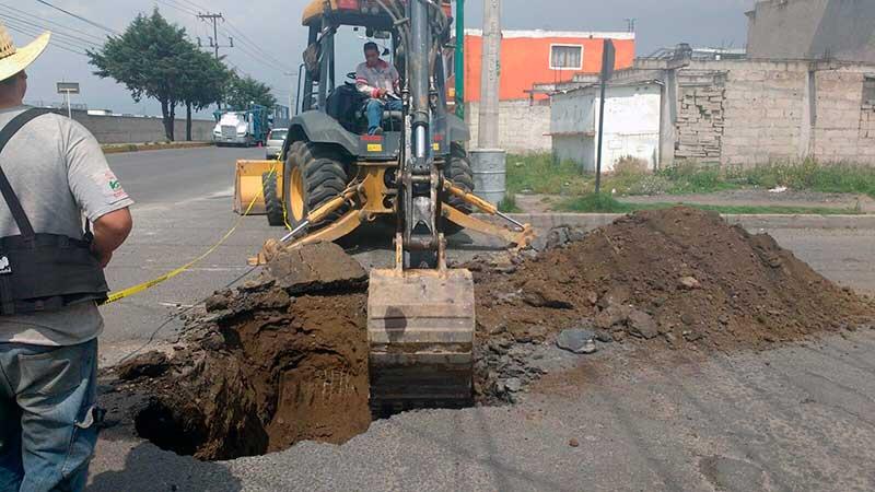 Atiende Agua y Saneamiento de Toluca hundimiento sobre calle Industria Automotriz