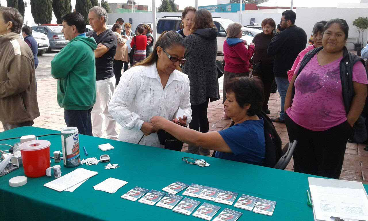 Participan vecinos de Metepec en jornada de salud
