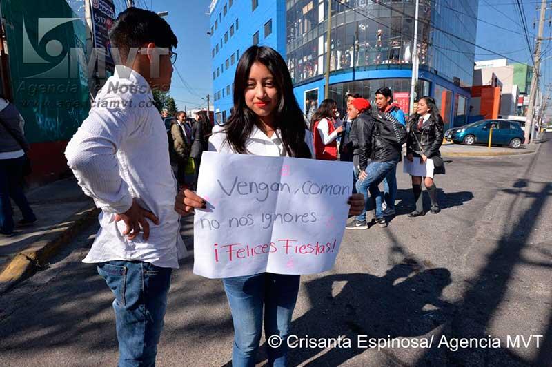 Colectan fondos alumnos de preparatoria en Toluca quienes no tienen ni dónde sentarse