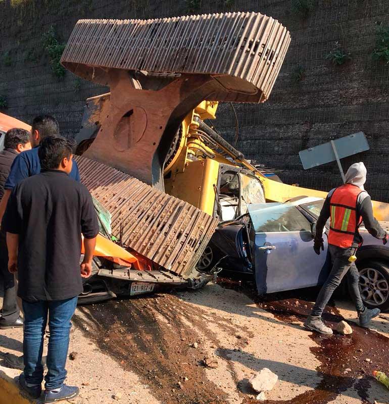 Cae excavadora sobre automóviles y deja 2 muertos y tres lesionados, en Interlomas, Huixquilucan