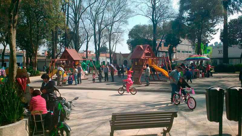 Disfrutan los niños de sus regalos del Día de Reyes en la Alameda de Toluca