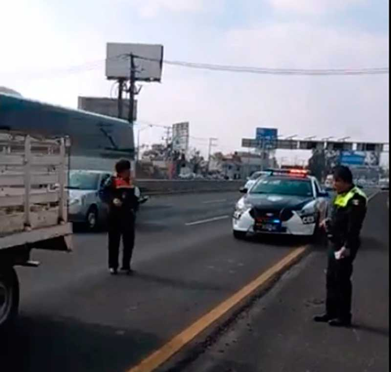 Evidencian en Facebook aparente extorsión de policías de Tránsito del Estado de México