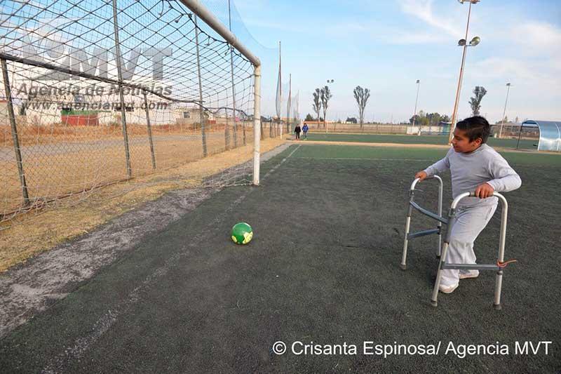 Brindan rehabilitación integral a personas con discapacidad con futbol