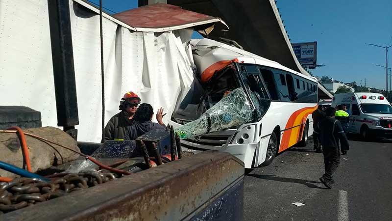 Deja 20 lesionados choque de autobús de pasajeros en la México-Querétaro
