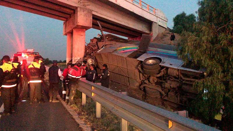 Deja accidente de autobús 2 muertos y 20 lesionados en carretera México-Tuxpan