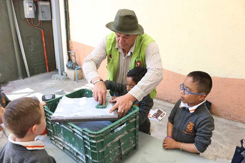 Enseñan a niños de Toluca a reciclar papel