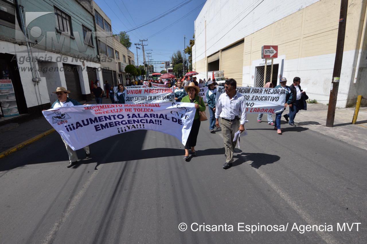 Marchan maestros en su día para pedir detalles sobre reforma educativa
