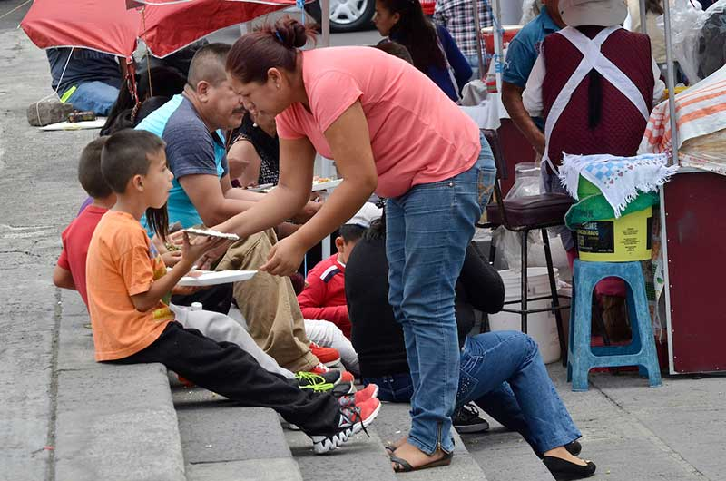 Madres controladoras pueden dañar autoestima de los hijos: IMSS