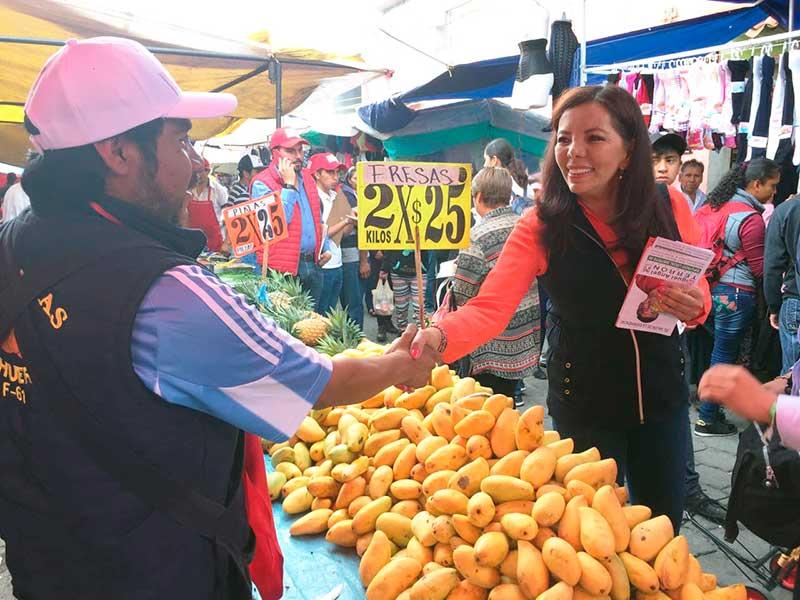 Microcréditos a quienes emprendan negocio familiar, propone Carolina Monroy