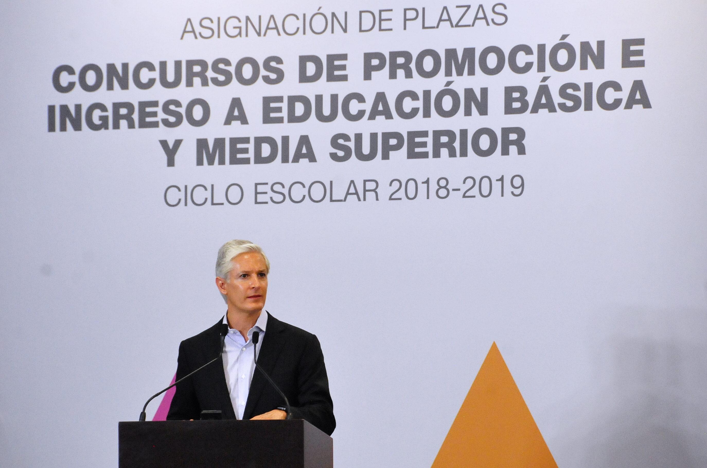 Alfredo del Mazo reconoce el papel de maestros en la formación de futuras generaciones