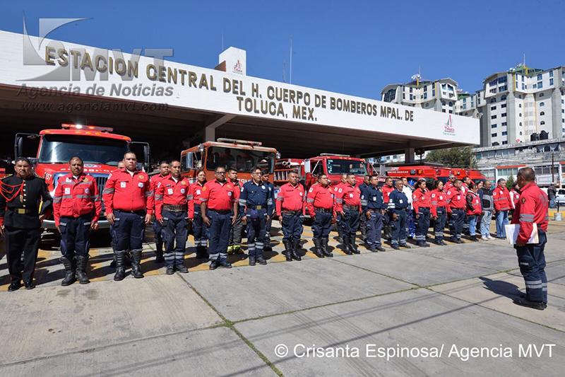Resta un cuerpo por identificar en Tultepec; Bomberos de Toluca hacen guardia de honor a compañeros caídos