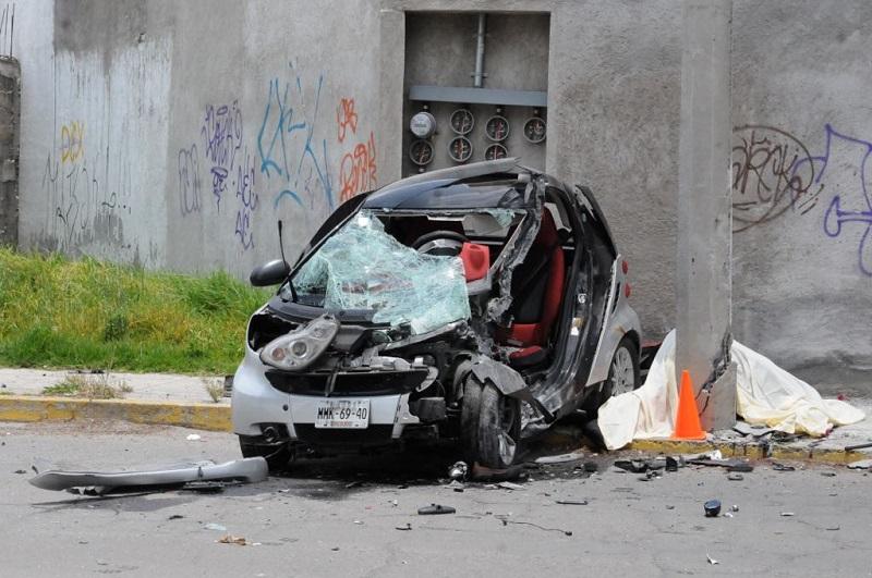 Fallece conductor al impactar contra objeto fijo en Metepec