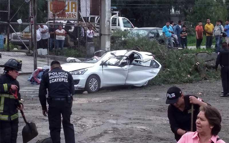Arbol cae sobre autos en Ecatepec, hay un muerto