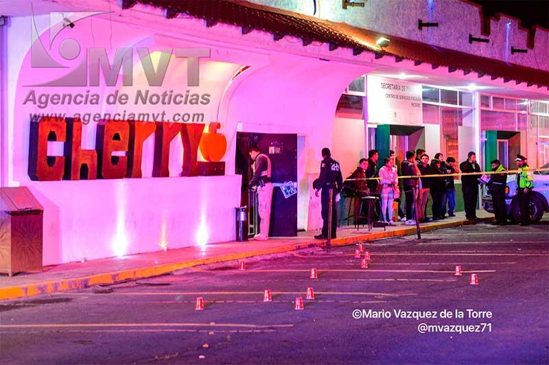 Asesinan a una persona y dos resultan heridos en un bar de Metepec
