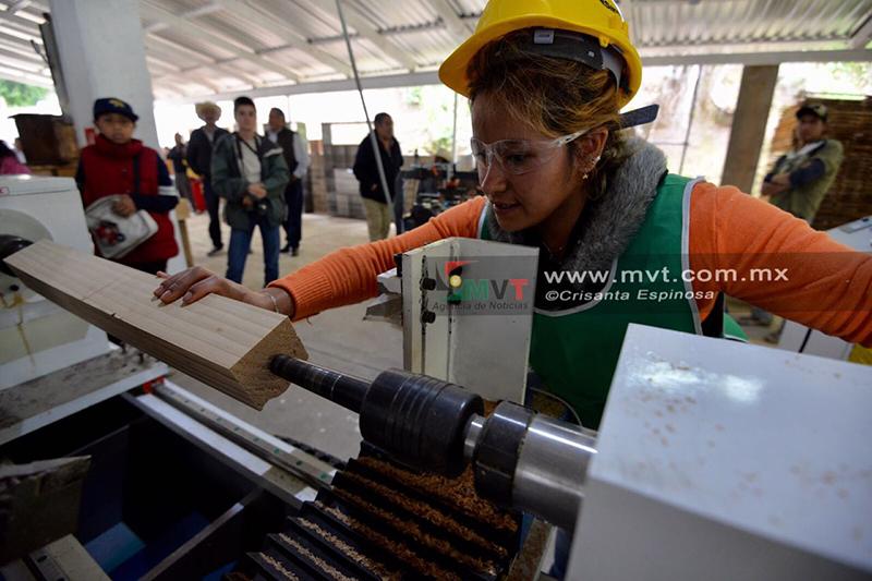 Innovan mujeres en fábrica de muebles