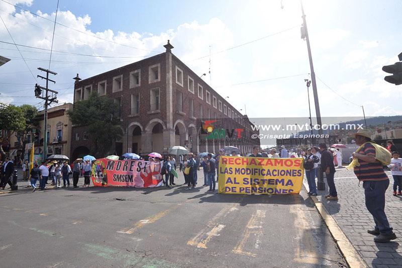 Protestan trabajadores contra la Ley ISSEMyM y cierran calles del centro