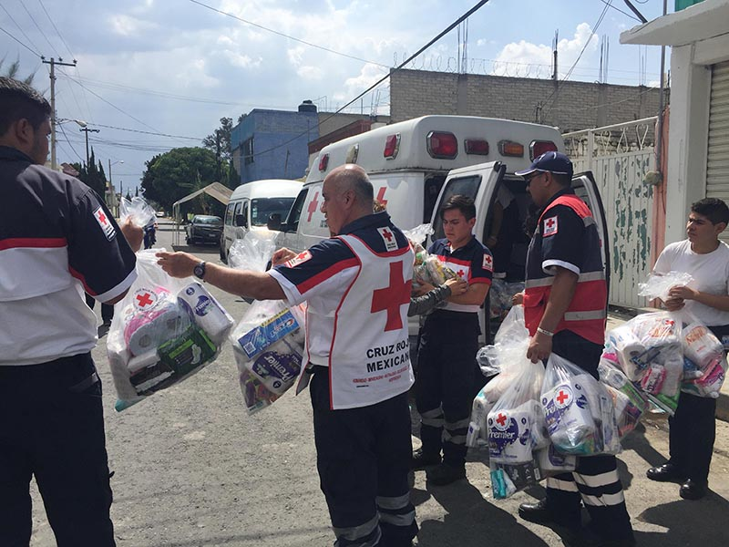 Muestra Cruz Roja estatal cómo deben hacerse paquetes de ayuda humanitaria