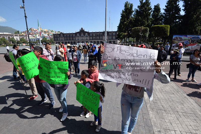 Piden vecinos reapertura de calle con manifestación