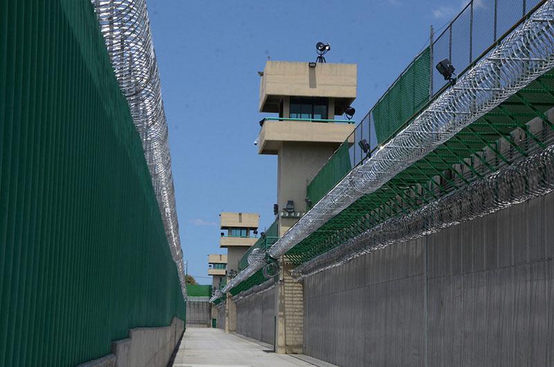Decomisan droga y armas blancas tras cateo en Penal de Tenango