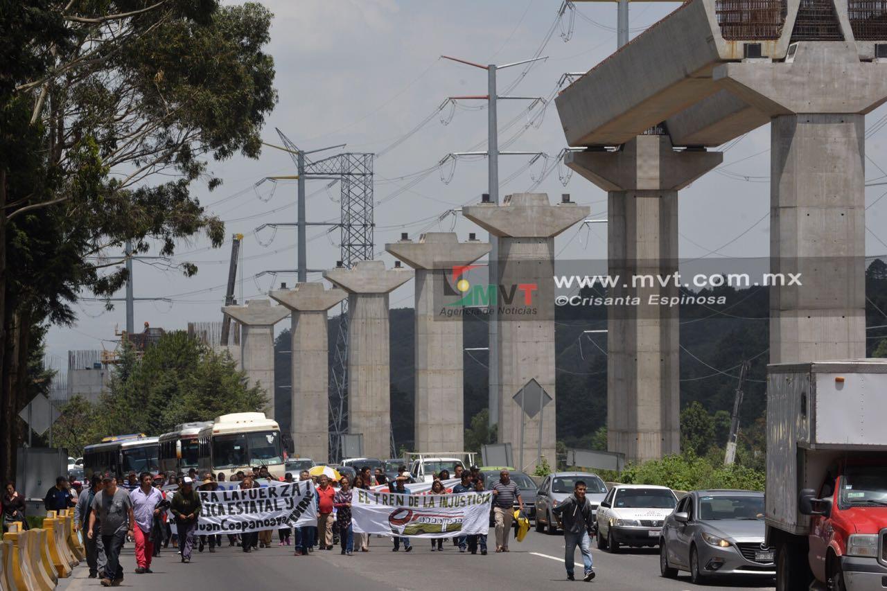 Bloquean comuneros de Ocoyoacac la carretera México-Toluca