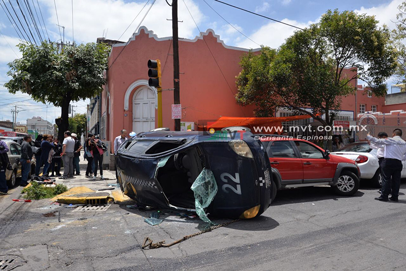 Reportan cuatro lesionados tras volcadura en Toluca