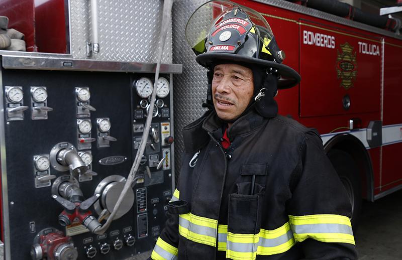 Dedica 29 años a servir como bombero en Toluca