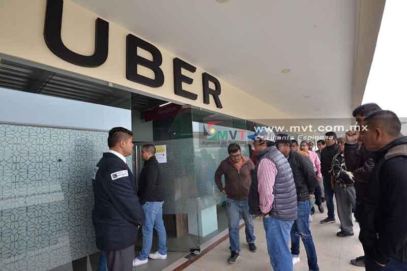 Protestan choferes de Uber Toluca por alza en comisiones