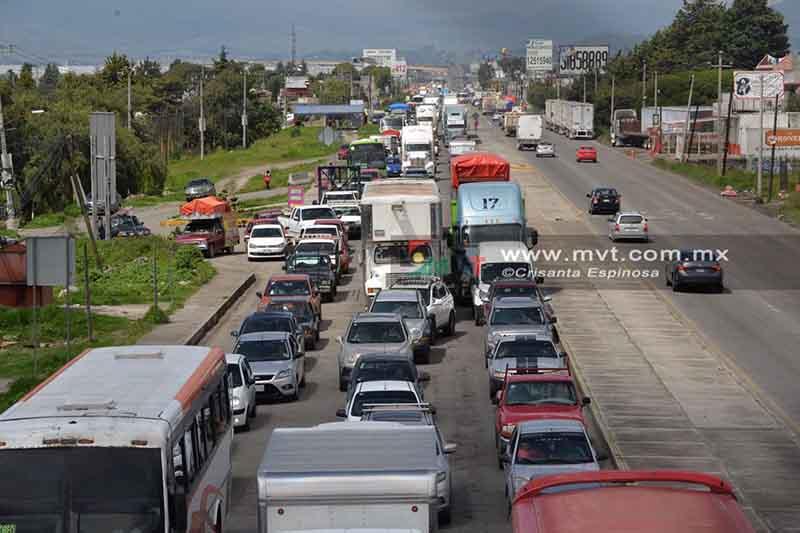 Desquician tránsito en la Toluca-Naucalpan por falta de agua y maestros