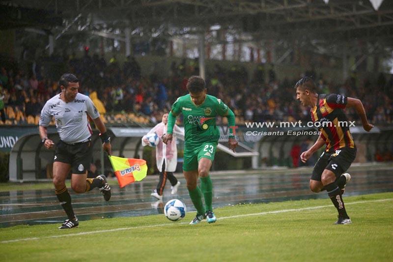 Mucha lluvia y poco futbol en el Potros UAEM-Leones Negros
