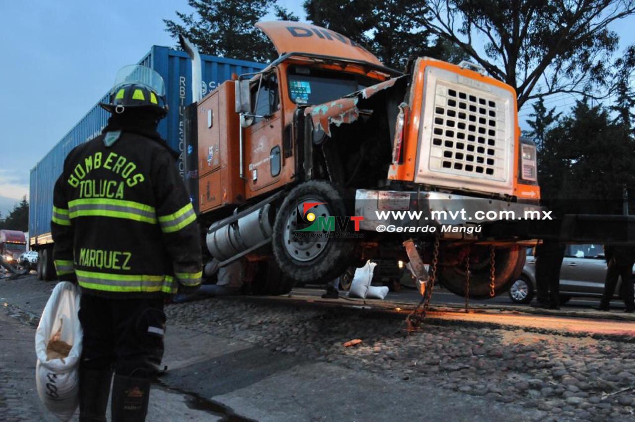 Colisionan tráiler y vehículo en la Toluca-Palmillas