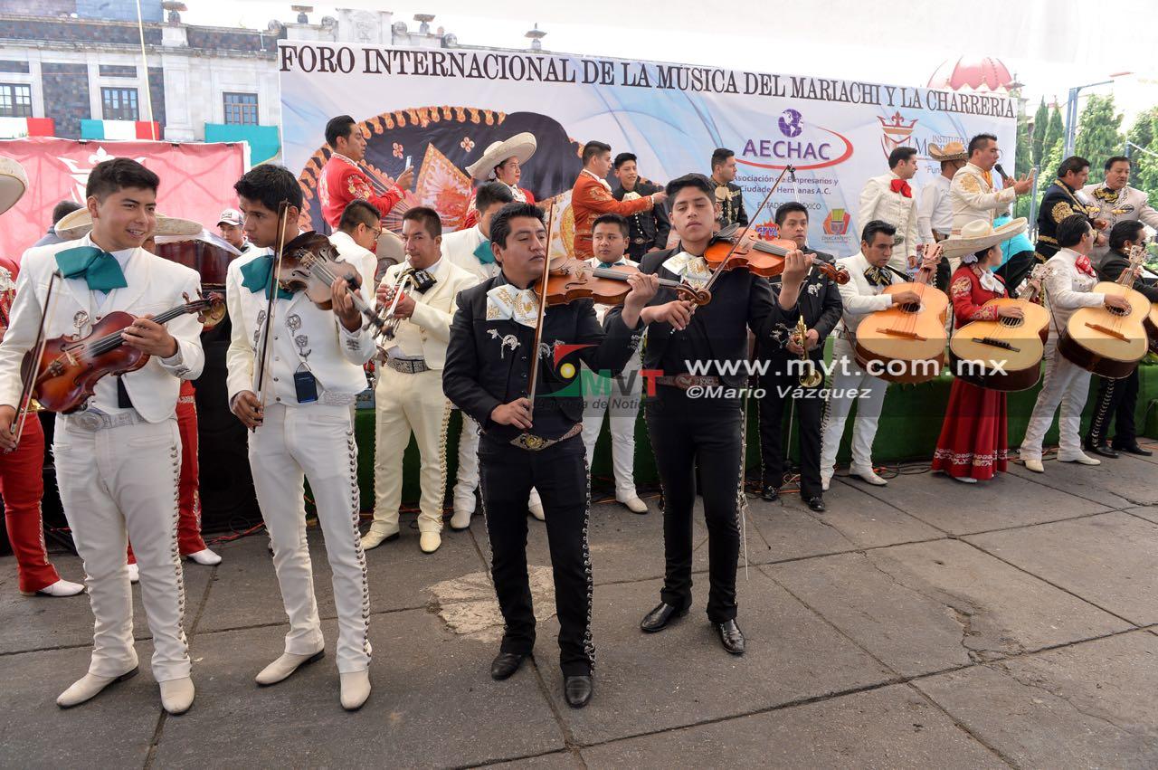 Un centenar de mariachis cantan en zócalo toluqueño