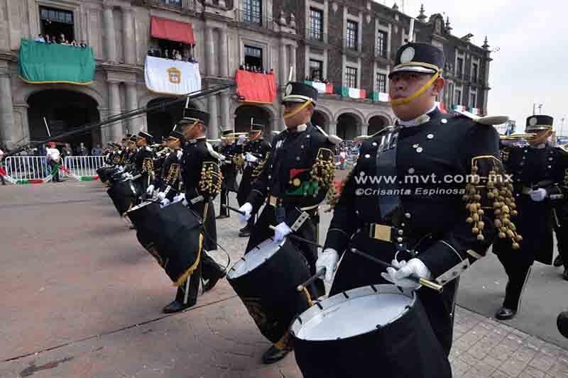 Desfilan miles por día de la Independencia en Toluca