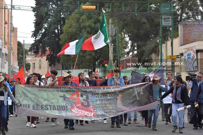 Marchan por Ayotzinapa en la capital mexiquense