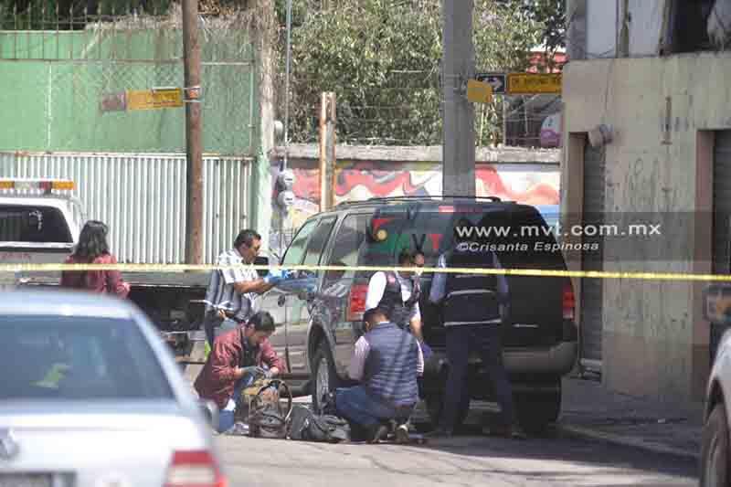 Encuentran cadáveres a bordo de camioneta en Toluca