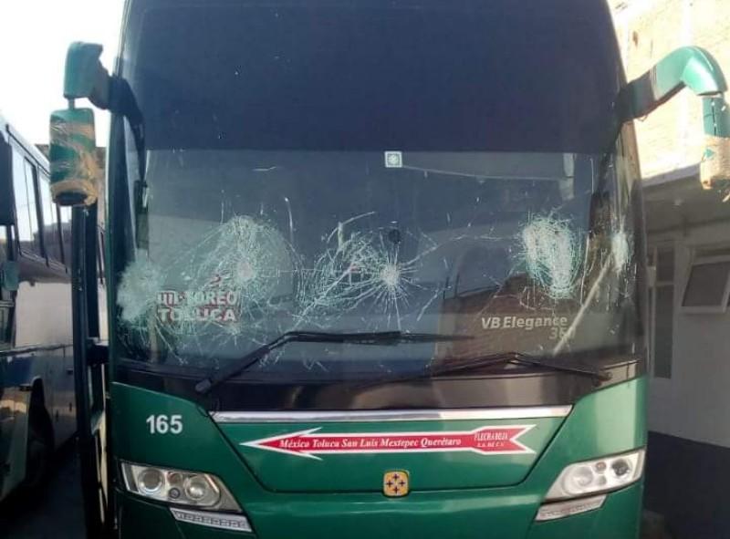 Devuelven normalistas 32 camiones; servicio sigue suspendido