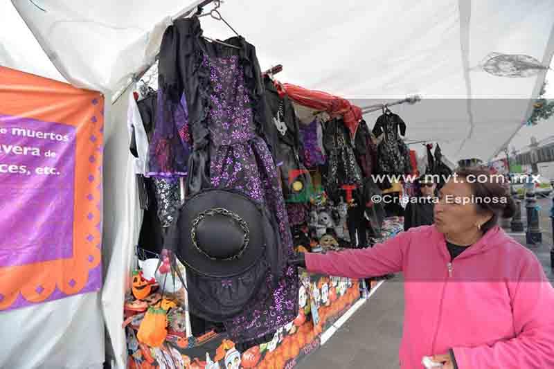 Ofertan todo tipo de disfraces en Plaza España de Toluca