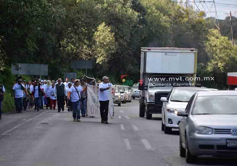 Marchan comuneros sobre la México-Toluca