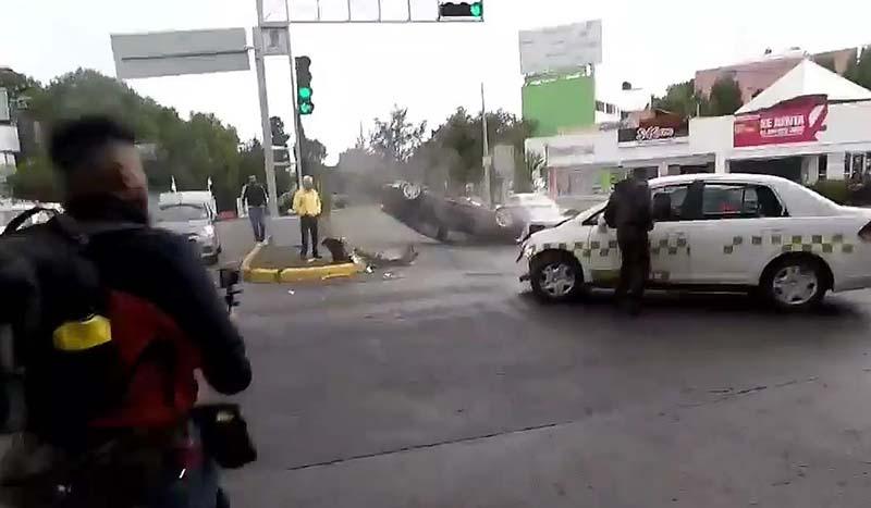 Captan huida de taxista tras volcadura en Tollocan