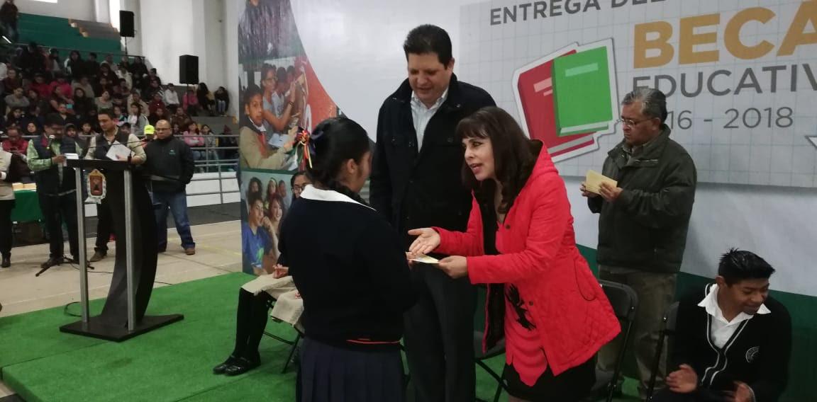 Entregan becas a estudiantes metepequenses