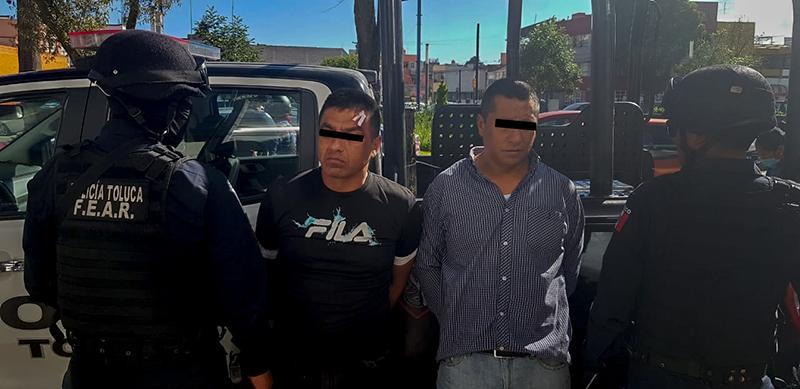 Asalto a cuentahabiente en Toluca; detienen a dos sujetos armados