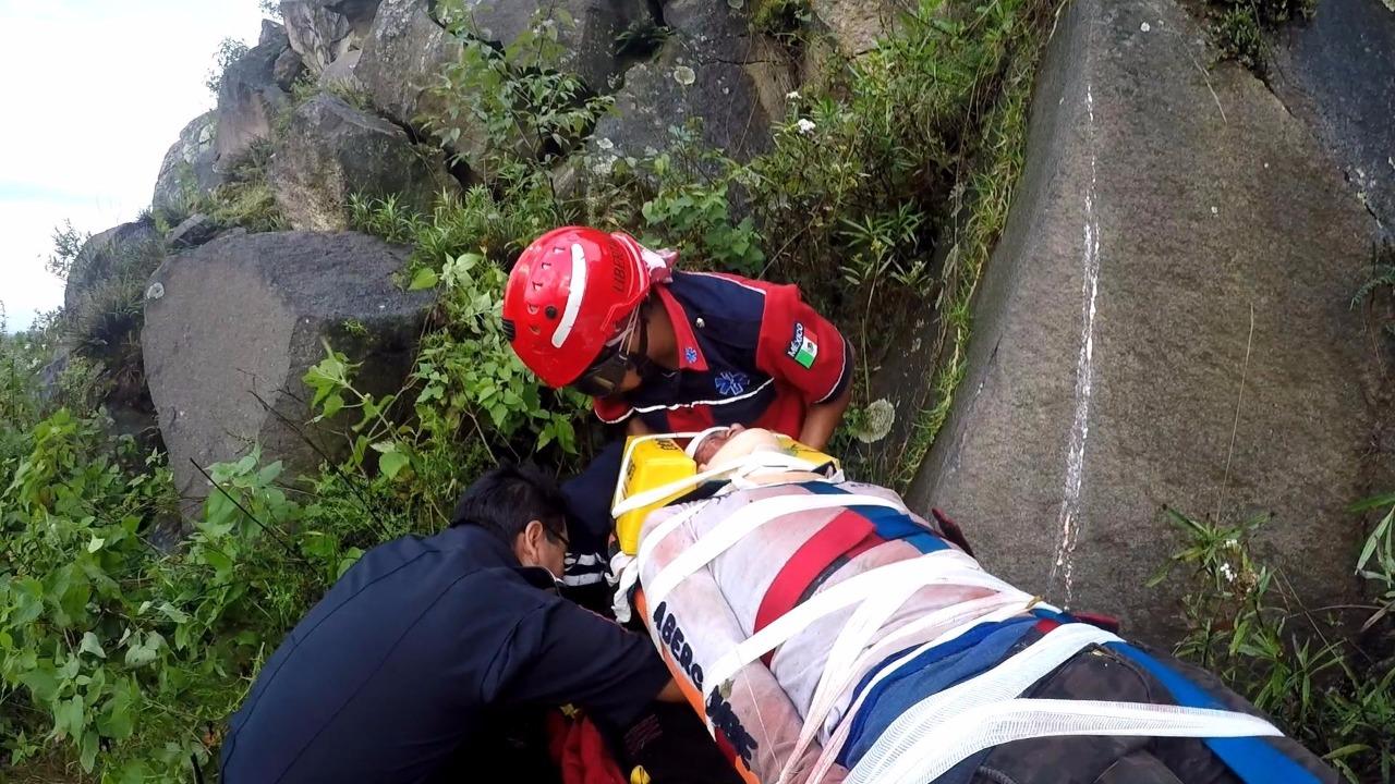 Rescata Grupo Relámpagos a hombre que cayó a un barranco