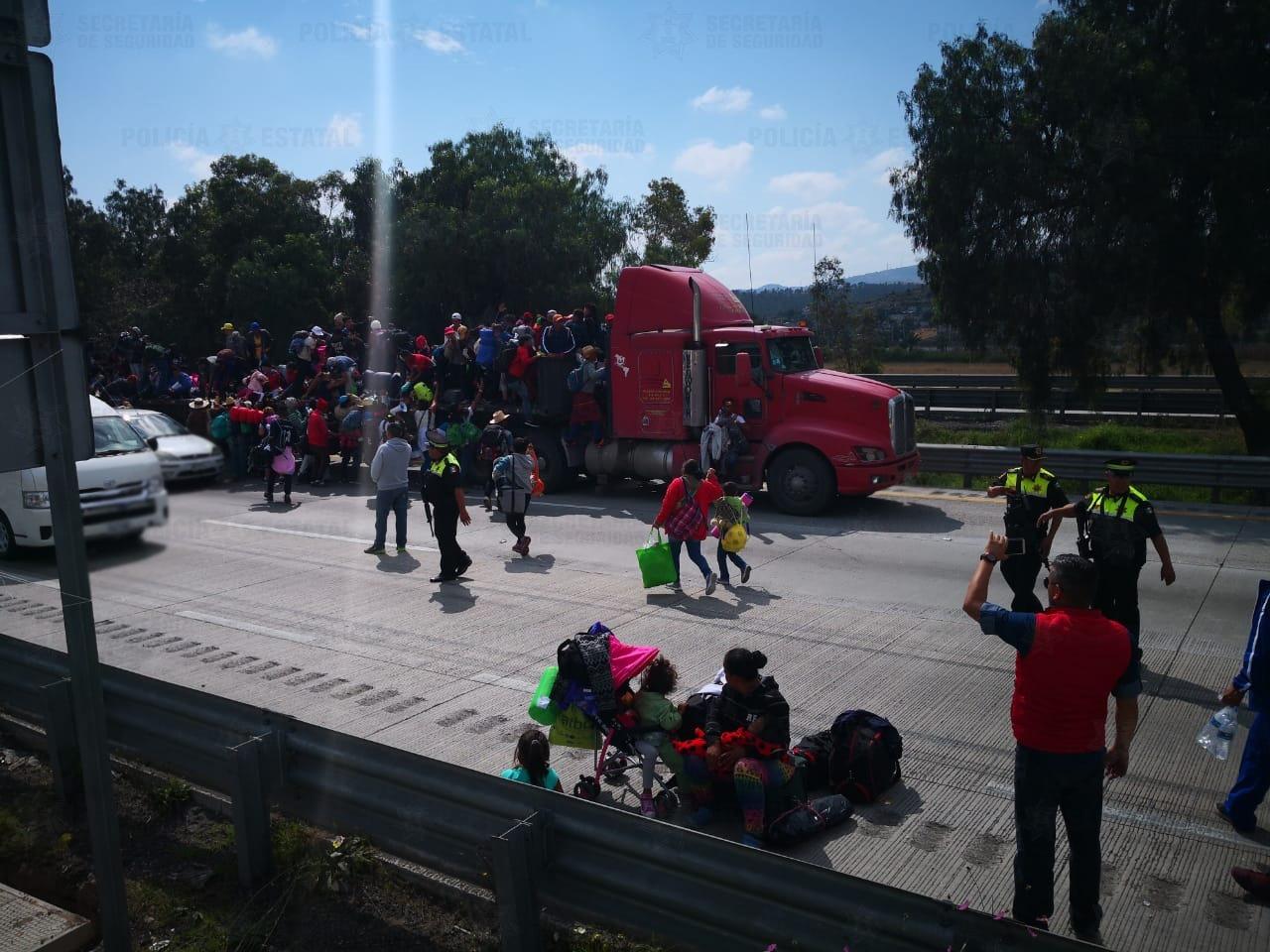 Caravana migrante sale de la caseta de Tepotzotlán hacia Querétaro