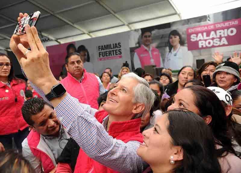 """Llevan 2 mil 400 pesos bimestrales a mujeres mediante """"Salario Rosa"""" en Almoloya"""