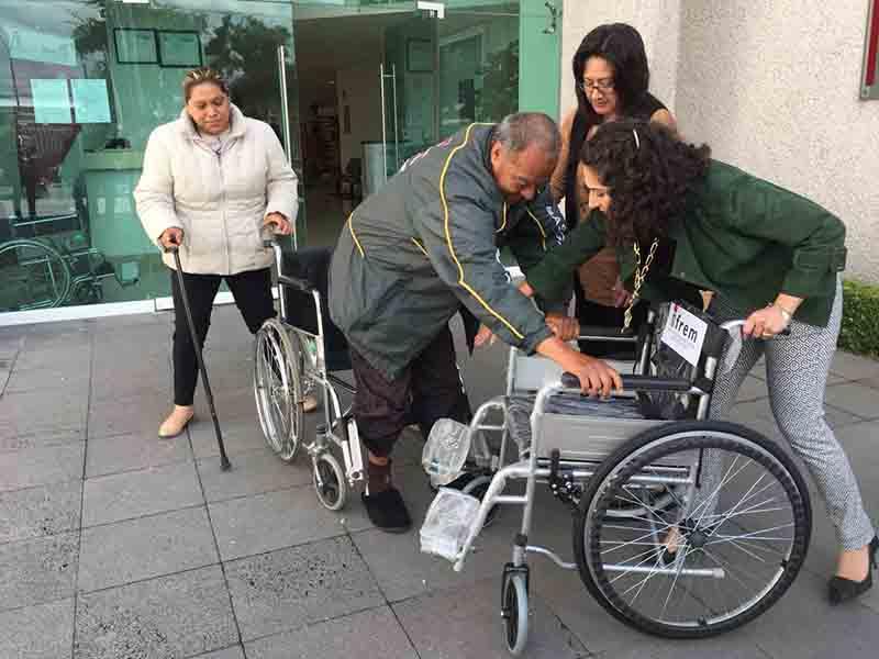 Obtiene silla de ruedas gracias a reciclaje de grapas