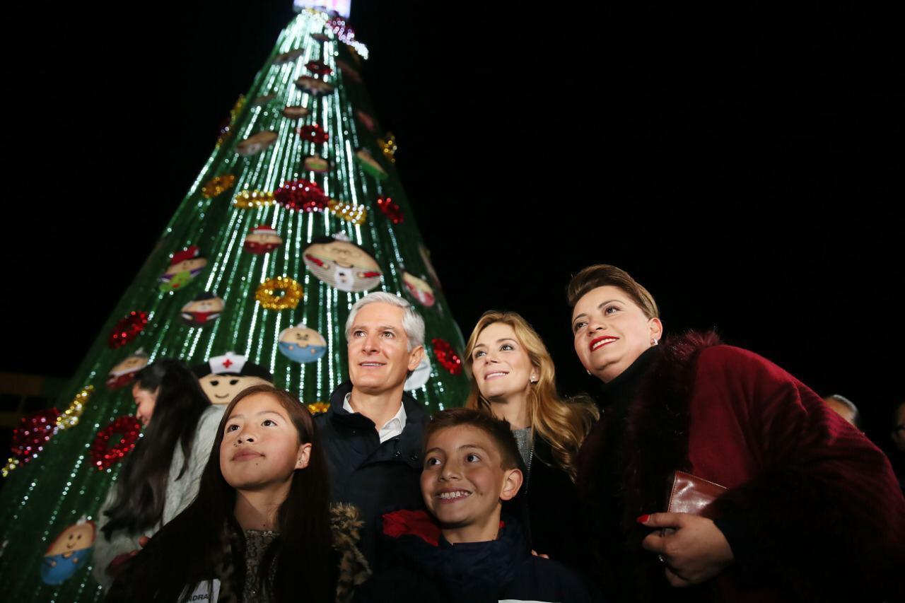 Encienden árbol navideño en el DIFEM