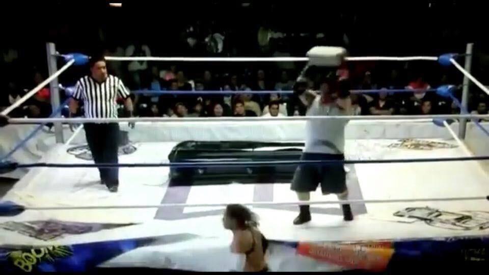 Cadena de errores las lesiones graves en la lucha libre: Karaoui